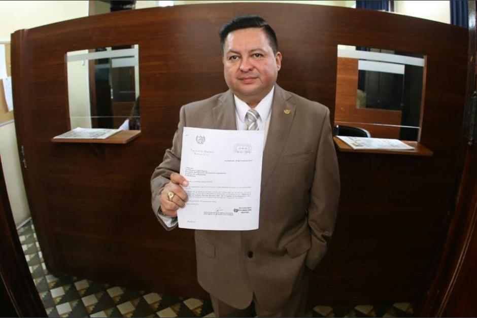 Raúl Romero, ministro de Desarrollo Social, reaccionó a la publicación de una fotografía en la que supuestamente aparece rodeado de tres mujeres desnudas. (Foto: Archivo/Soy502)