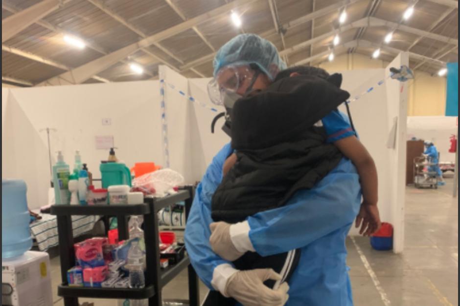 Médico del hospital regional de Quetzaltenango brinda atención con ternura a un niño paciente de Covid-19 quien extraña a su mamá. (Foto: Twitter Adonys)