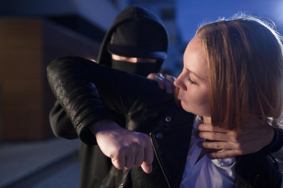 Cámara de seguridad capta un asalto a una mujer en zona 18. (Foto:Shutterstock)