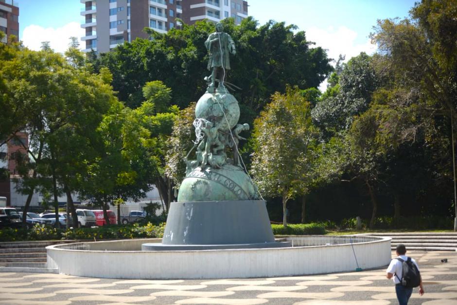 Los manifestantes pretendían dañar la estatua de Cristóbal Colón. (Foto: Wilder López/Soy502)
