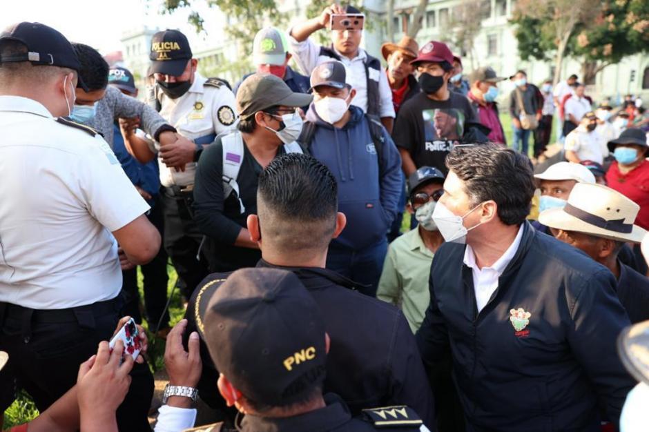 El alcalde capitalino confronta a Rudy Amílcar López, quien fue capturado por vandalismo.