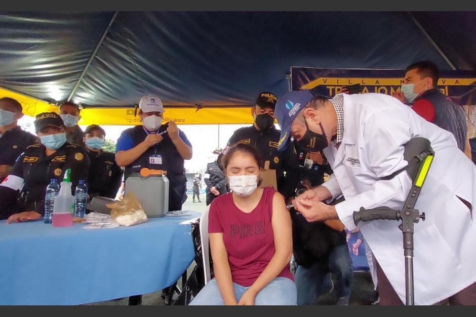 El presidente Alejandro Giammattei acudió a un centro de vacunación en Villa Nueva para aplicar personalmente las dosis de vacuna contra el covid-19. (Foto: AGN)