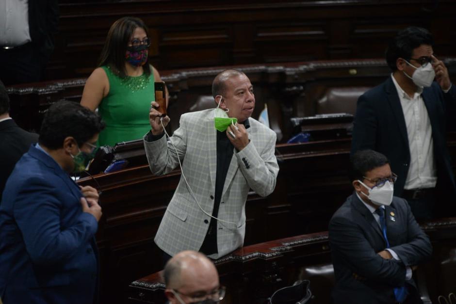 El diputado Aldo Dávila realizó una transmisión en vivo de la sesión plenaria donde se rechazó el Estado de Calamidad. (Foto: Wilder López/Soy502)