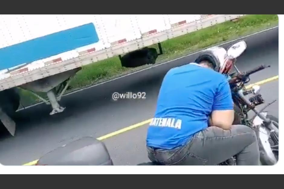 El hombre estaba dormido sobre su motocicleta. (Foto: captura de pantalla)