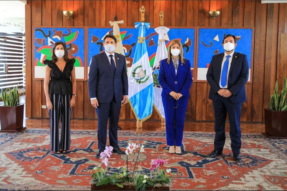 El alcalde Ricardo Quiñónez firmó con la gerente del IGSS, Ana Marilyn Ortiz Ruiz, una carta de entendimiento para saldar las deudas que tienen ambas instituciones. (Foto: Comunicación Social IGSS)