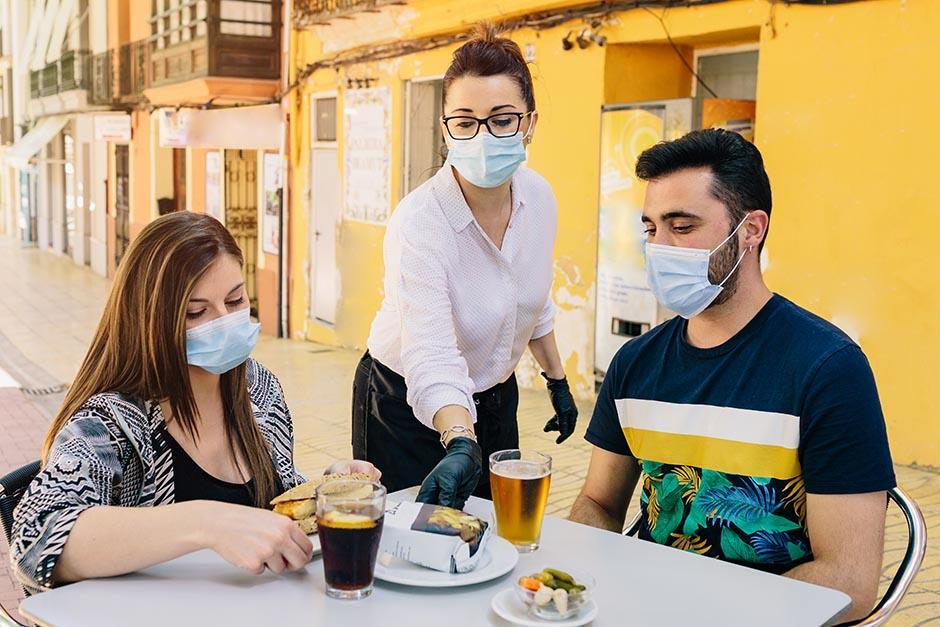 Empleados y propietarios de restaurantes, así como comerciantes y hasta pilotos del transporte público deberán vacunarse en San José Chacayá, Sololá. (Foto ilustrativa: Shutterstock)