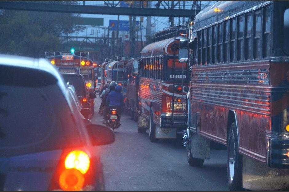 El video muestra cómo los conductores se movilizan contra la vía. (Foto: Archivo/Soy502)