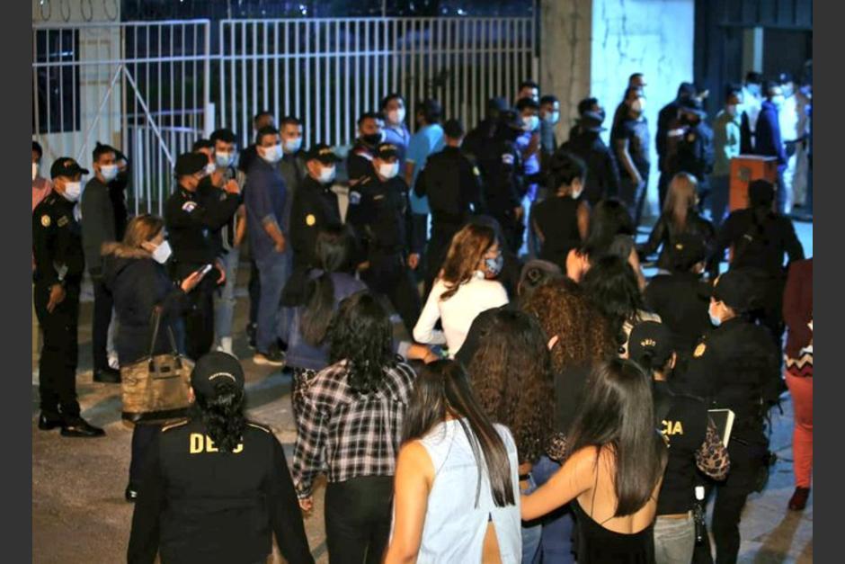 Fijan Sanción económica a cada uno de los infractores de la ley seca en una disco bar de zona 10, detenidos la noche del 18 de septiembre. (Foto: Twitter)
