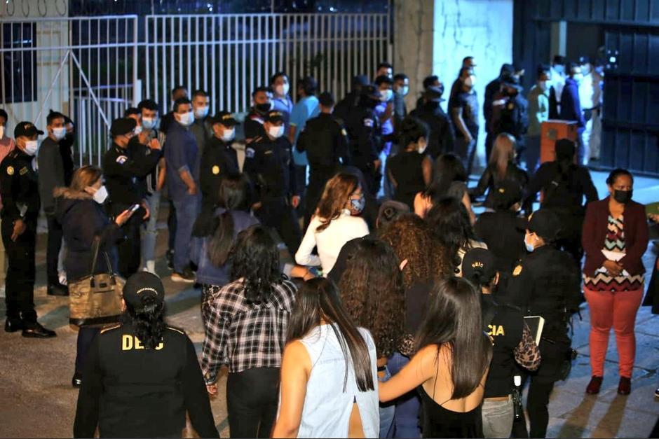 Los familiares llegaron afuera de Tribunales a esperar a los detenidos por violar la ley seca. (Foto: PNC)