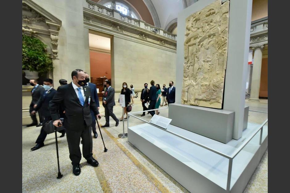 El presidente Alejandro Giammattei realiza un recorrido por el Museo de Nueva York donde se exhiben piezas arqueológicas de Guatemala. (Foto: Presidencia)