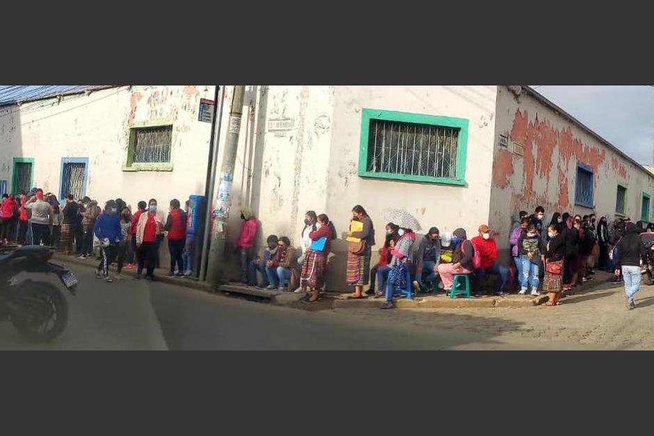 Desde tempranas horas decenas de personas hicieron fila para lograr obtener una dosis de la vacuna contra el covid-19 para sus hijos menores de edad. (Foto: Municipalidad de Santa Cruz de El Quiché)