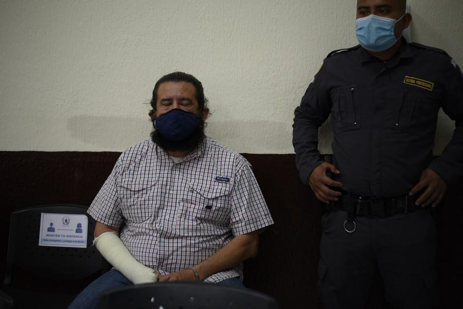 Otto Gómez trata de impedir que se realice la audiencia de primera declaración. (Foto: Wilder López/Soy502)