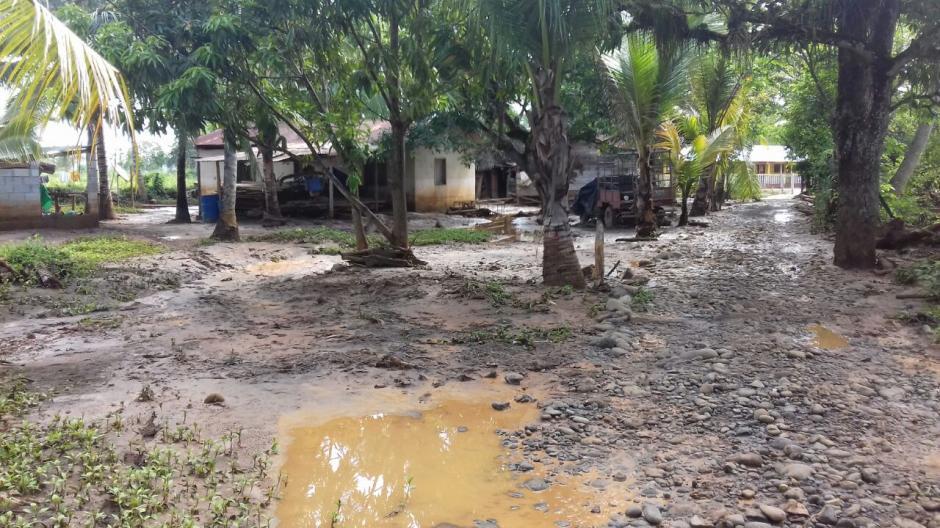 Fue necesaria la asistencia humanitaria a las familias afectadas en Punta Caimanes. (Foto: Conred)