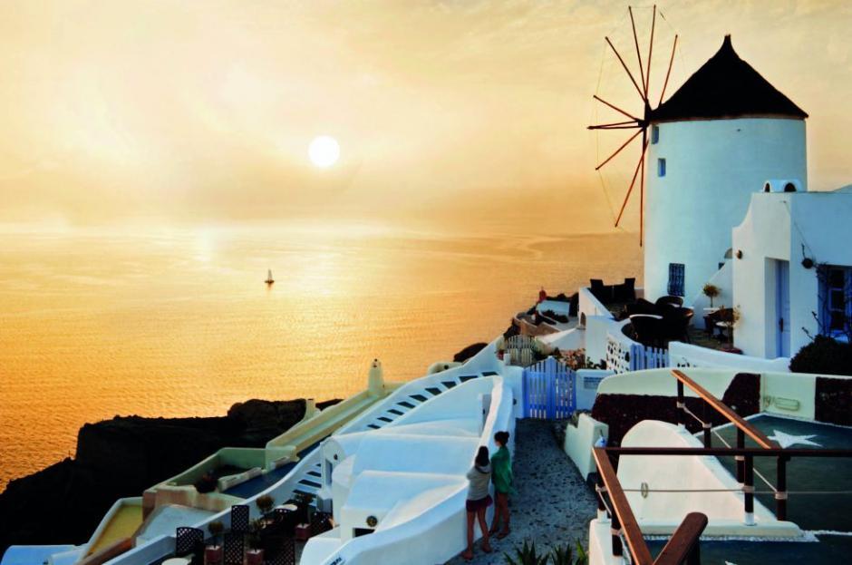 El pequeño archipiélago Santorini, localizado en el sur del mar Egeo, tiene algo indescriptible. (Foto: El País)