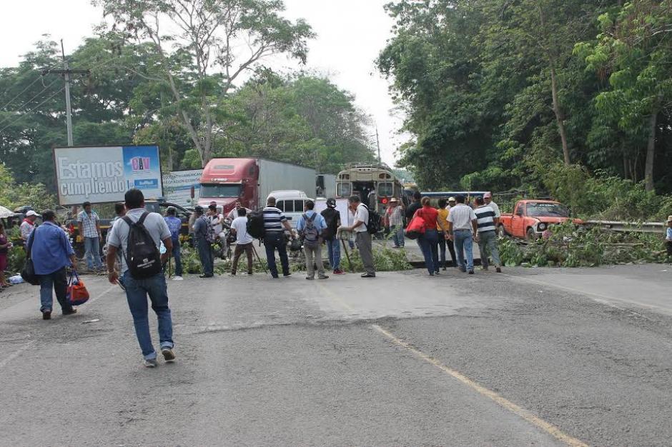 Los inconformes colocaron ramas de árboles, llantas y tablas con clavos. (Foto: Margory Barrios/ Nuestro Diario)