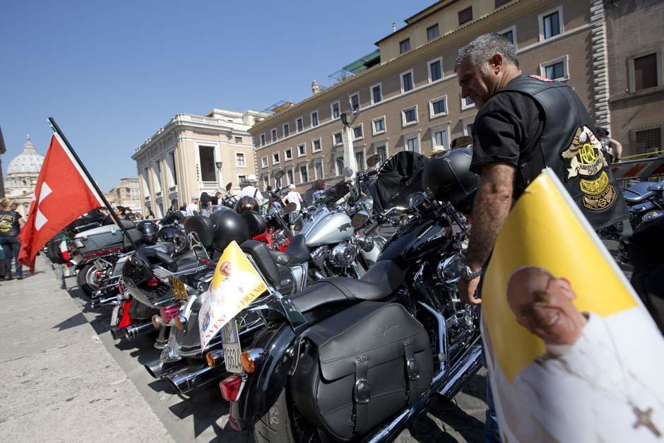 El 15 de octubre Jorge Bergoglio realizó 2 donaciones: 200 euros a una anciana que le había contado sus problemas y una moto Harley Davidson que había recibido unos meses antes, cuando una caravana visitó el Vaticano.