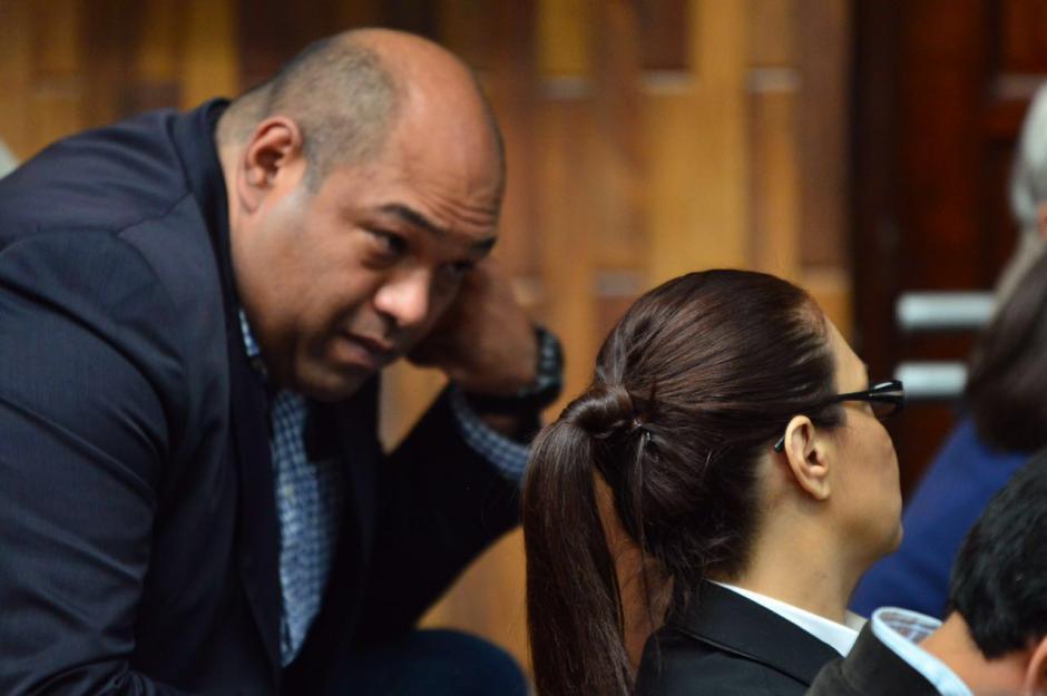 Baldetti apenas se mueve para escuchar a su abogado Benjamin Estrada. (Foto: Jesús Alfonso/Soy502)