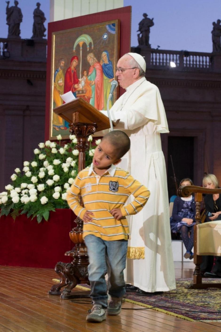 El papa dejó que un pequeño niño subiera hasta donde él estaba y se robara el show durante una misa multitudinaria. (Foto: EFE)