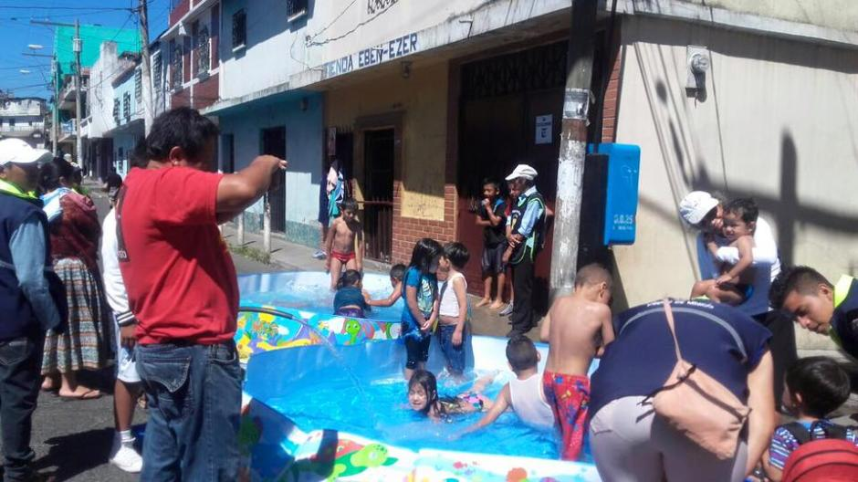 Al menos 300 niños hicieron fila para poder bañarse en las piscinas instaladas por la municipalidad. (Foto: Facebook/Neto Bran)