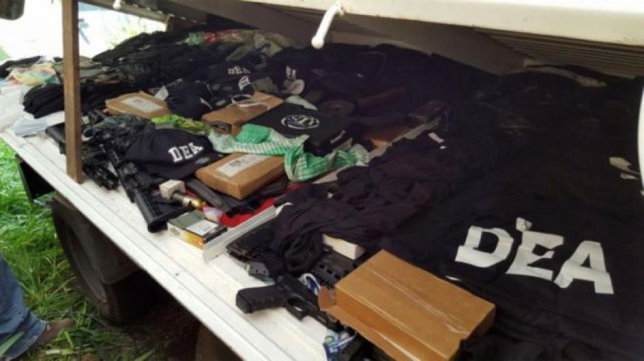 """La banda encabezada por alias """"el Fantasma"""" usaba chalecos de la DEA. (Foto: Mingob)"""