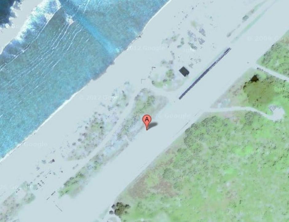 Esta pista de aterrizaje utilizada por las Fuerzas Aéreas de Defensa niponas se observa sobresaturada de blanco. (Foto: Google Maps)