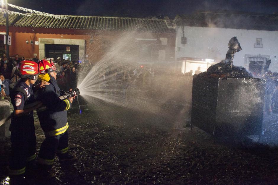 Los bomberos intervinieron para prevenir cualquier accidente en la festividad que se llevó a cabo en Antigua Guatemala. (Foto: CONRED)