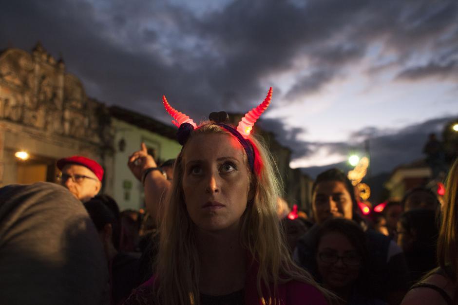 Los habitantes de la Antigua Guatemala esperaron durante horas por la tradicional quema. (Foto: CONRED)