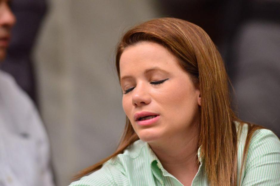 La sindicada Daniela Beltranena se mostró inquieta previo al inicio de la audiencia por el caso Cooptación del Estado. (Foto: Jesús Alfonso/Soy502)