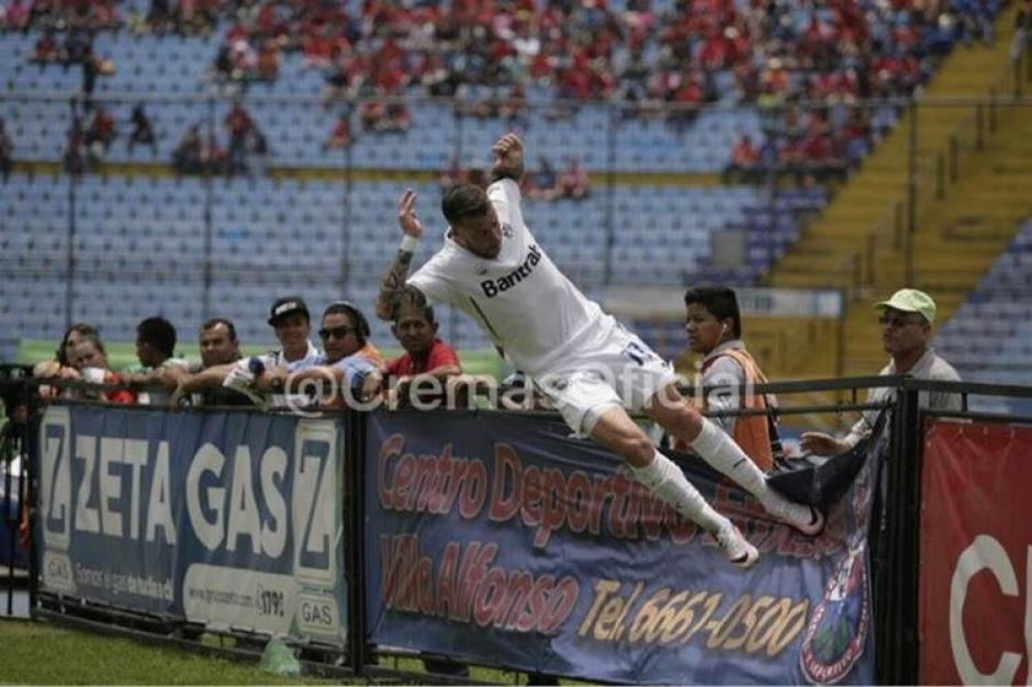 Esta fue la acción polémica que provocó Emiliano López en el clásico 293. (Foto: Archivo)