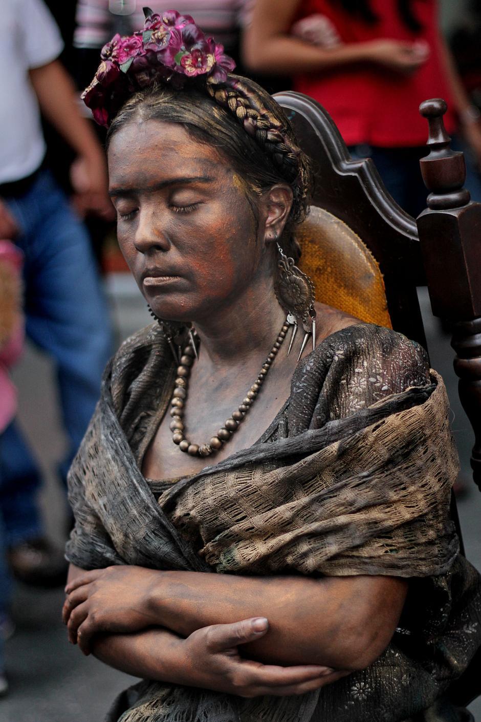 La estatua humana de la pintora mexicana Magdalena Carmen Frida Kahlo Calderón. (José Dávila/Soy502)