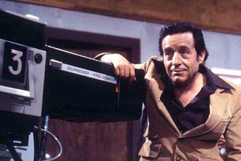 Roberto Gómez Bolaños junto a una cámara en los estudios de grabación