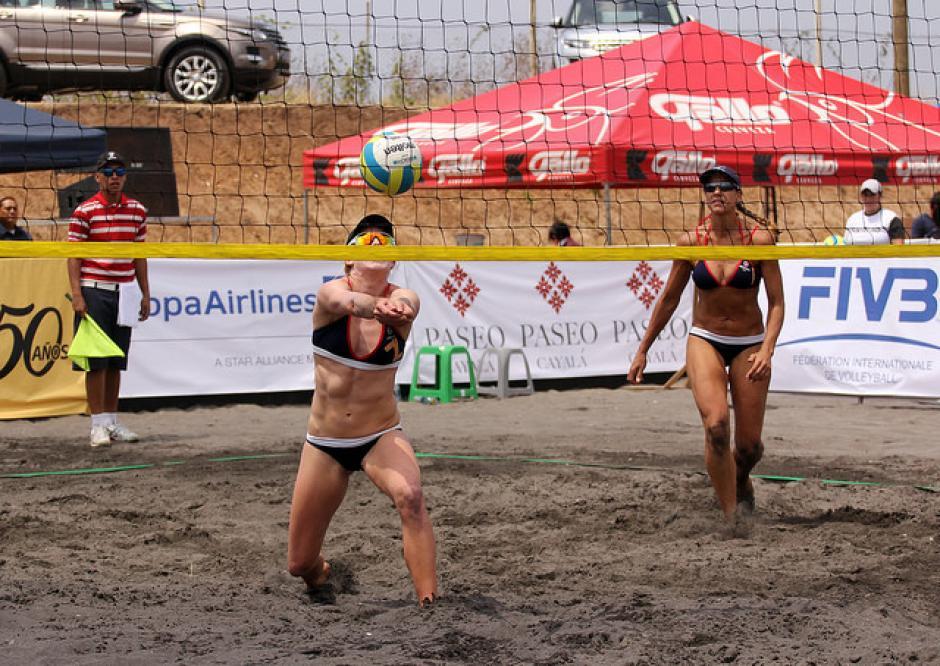 Las nacionales Dayrin Alarcon y Ana Villagrán een su partido. (Foto: COG)