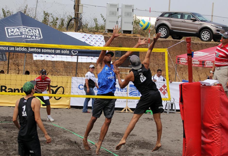 Andy Leonardo de Guatemala hace el bloqueo frente a un salvadoreño. (Foto: COG)