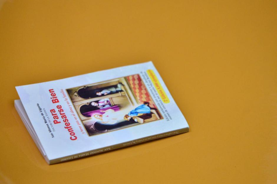 """""""Para Confesarse Bien"""", se lee en la portada de este libro religioso y es propiedad de los acusados en el caso Cooptación del Estado. (Foto: Jesús Alfonso/Soy502)"""