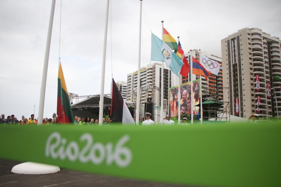La izada de la bandera de Guatemala se realizó este miércoles en la Villa Olímpica. (Foto: COG)