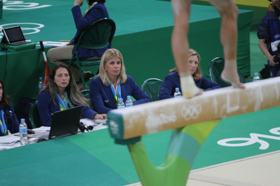 Las juezas muy atentas a los movimientos de Ana Sofía en la viga. (Foto: COG)