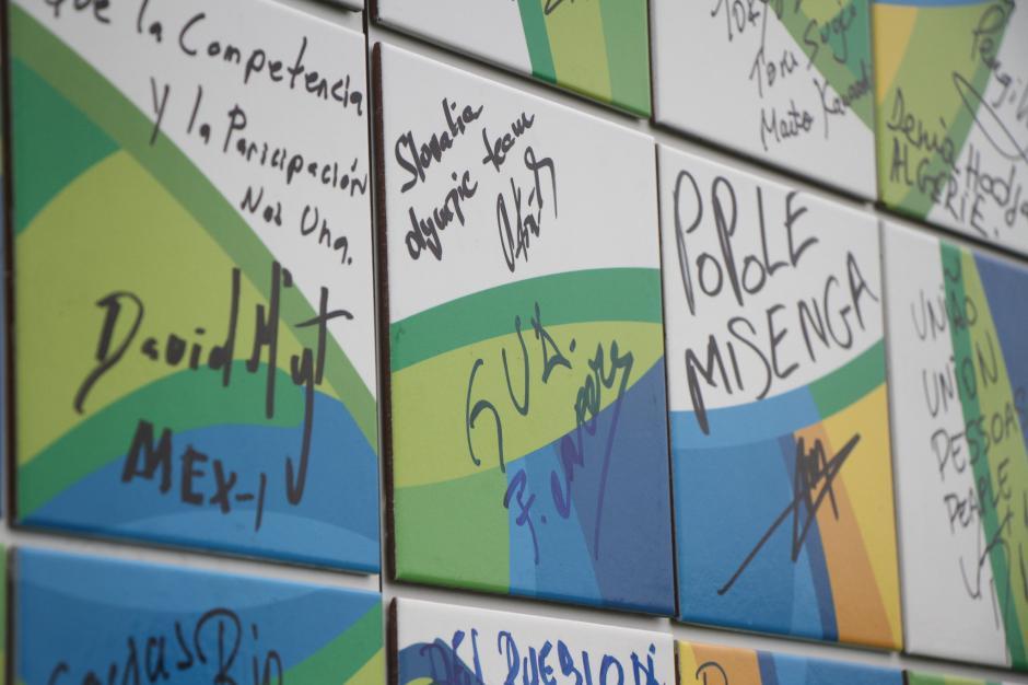 """En el """"muro de la tregua""""aparece el nombre de Guatemala. (Foto: COG)"""