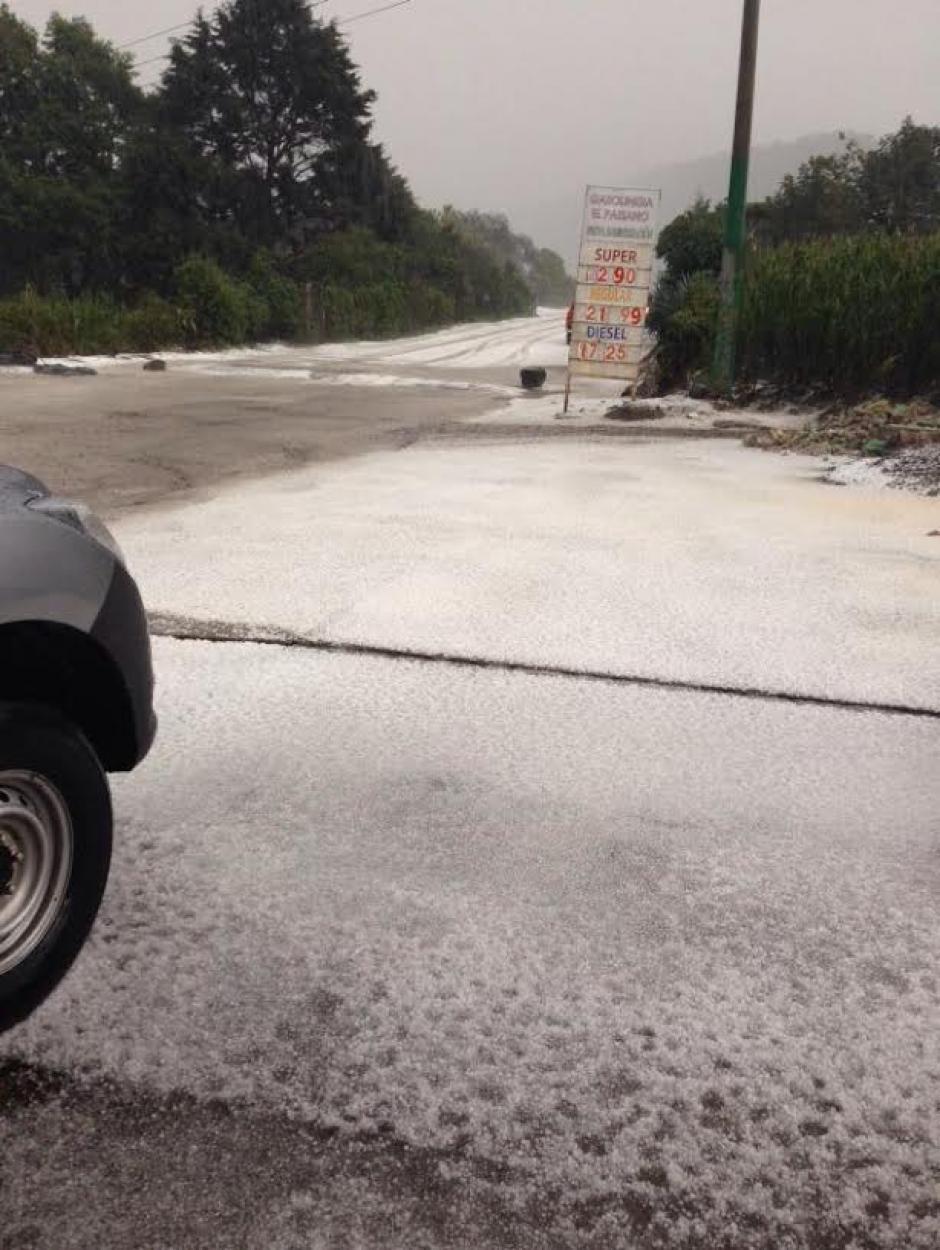 Los trozos de granizo cubieron la carretera en la aldea Serchil y otros poblados en San Marcos. (Foto: Hugo Barrios)