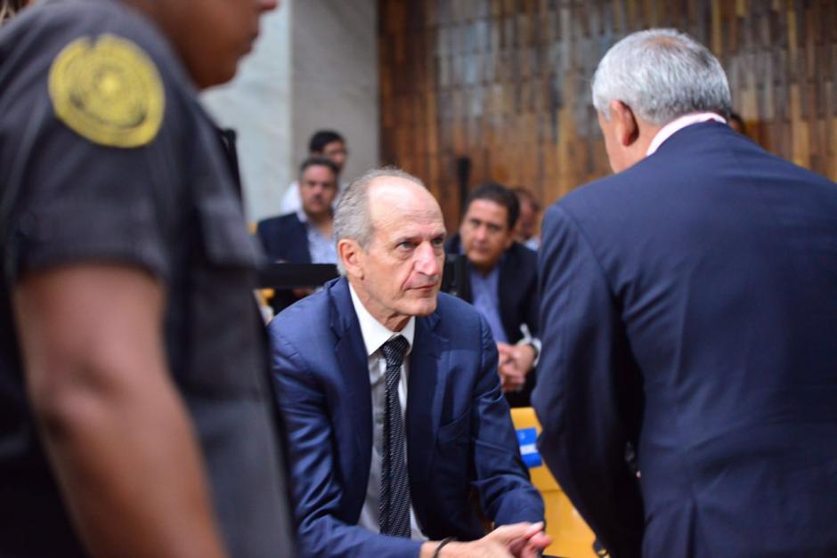 Otto Pérez Molina conversa con Flavio Montenegro previo a la continuación de la audiencia por el caso Cooptación del Estado. (Foto: Jesús Alfonso/Soy502)