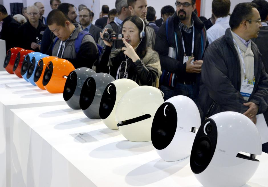 Unas bocinas con un diseño futurista se exhibieron en la Feria CES (Foto: EFE/Michael Nelson)