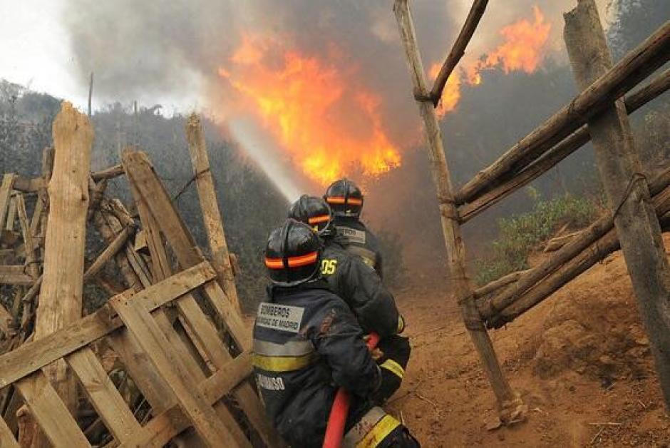 Equipos de Bomberos de Valparaíso, ayudados por compañías de otras localidades cercanas luchaban para controlar el fuego. (Foto: Twitter)
