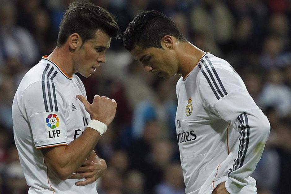 Cristiano Ronaldo y Gareth Bale se lamentan por el gol recibido.