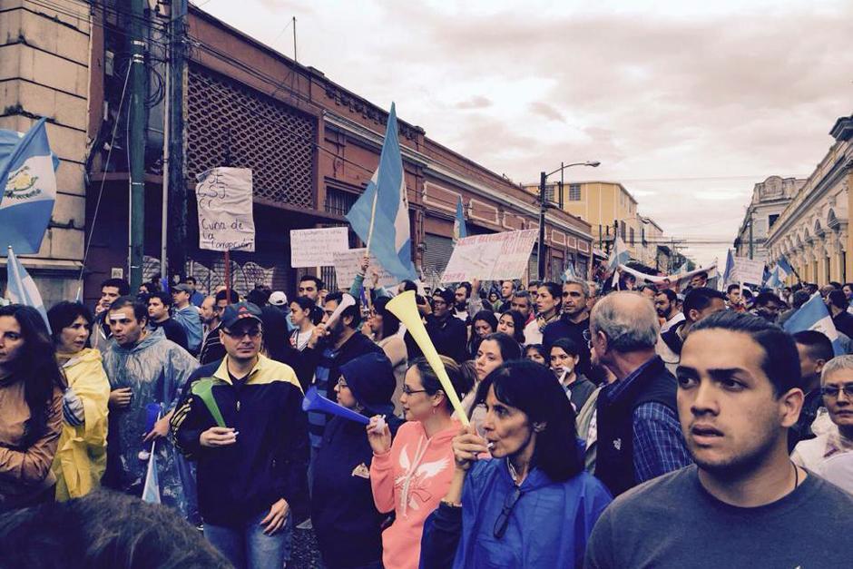 El Congreso de la República fue el otro punto a donde se dirigieron los manifestantes además del Parque Central. (Foto: cortesía Gabriel Gómez para Soy502)