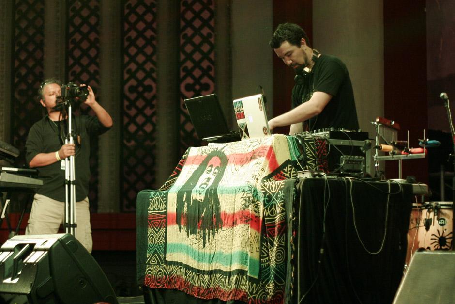 Estuardo Alvarado, el conductor de Reggae Vibes por Infinita 100.1, fue quien abrió el concierto con sus mezclas. (Foto: José Dávila/Soy502)