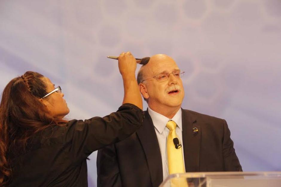 Juan Gutiérrez recibiendo retoques de maquillaje previo a salir al aire