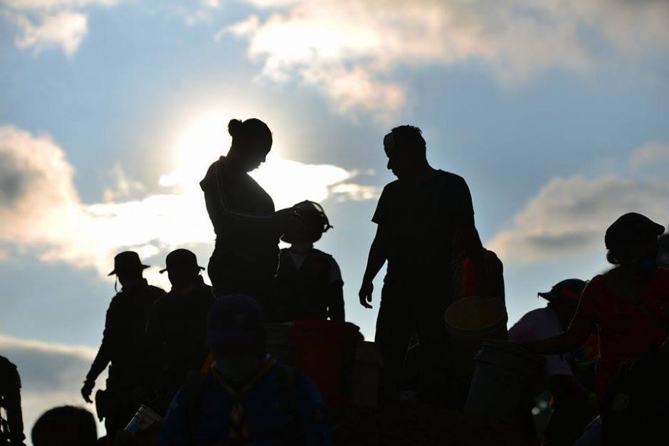 Los cuerpos de socorro y voluntarios trabajan durante largas jornadas en la búsqueda de víctimas de la tragedia.(Foto: Soy502/Wilder López)