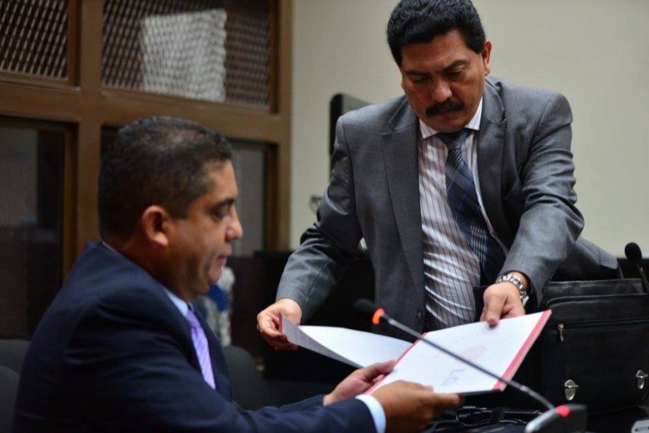 Francisco García Gudiel (derecha), es quien lleva la defensa de Juan Carlos Monzón (izquierda). García Gudiel también defiende al ex mandatario Otto Pérez Molina, acusado por el mismo caso.(Foto: Soy502/Wilder López)