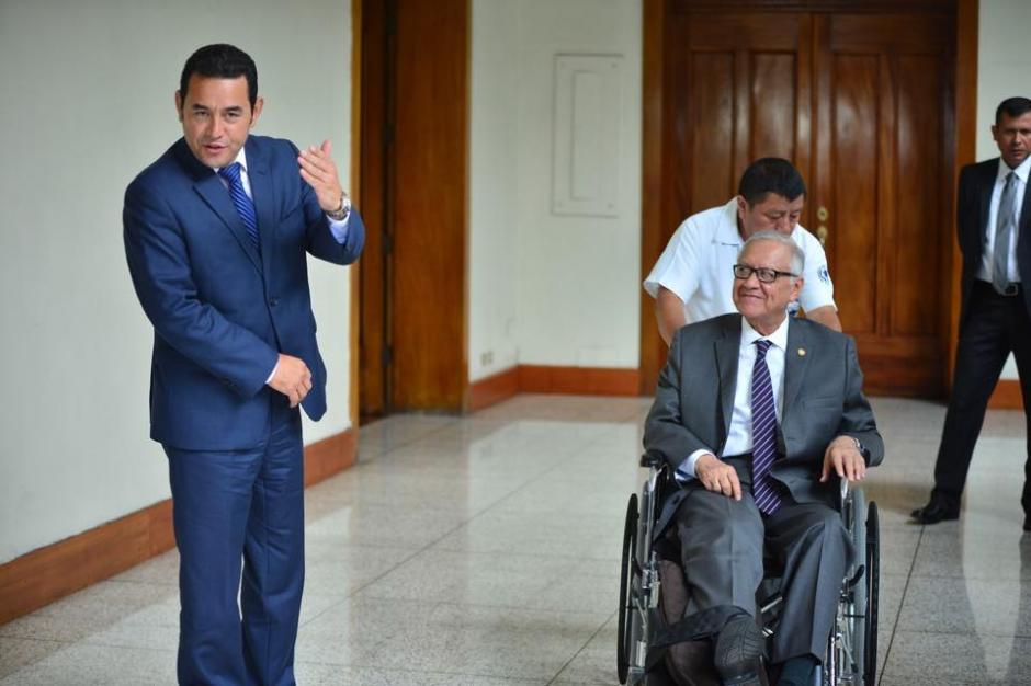 Jimmy Morales (izquierda), recién electo presidente de la República, junto al actual presidente Alejandro Maldonado Aguirre. (Foto: Jesús Alfonso/Soy502)