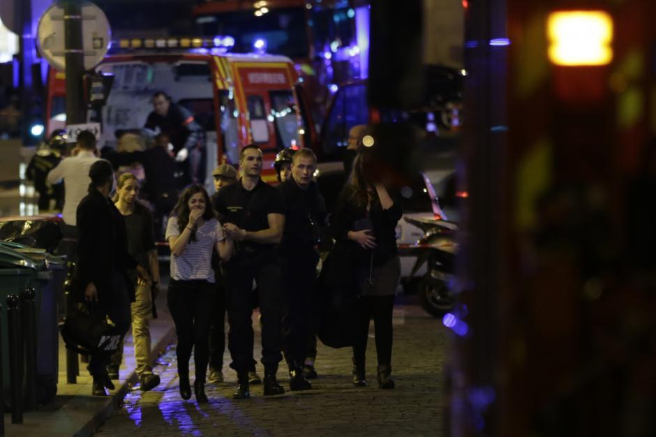 Familiares de las víctimas llegan al lugar de la tragedia. (Foto: AFP)