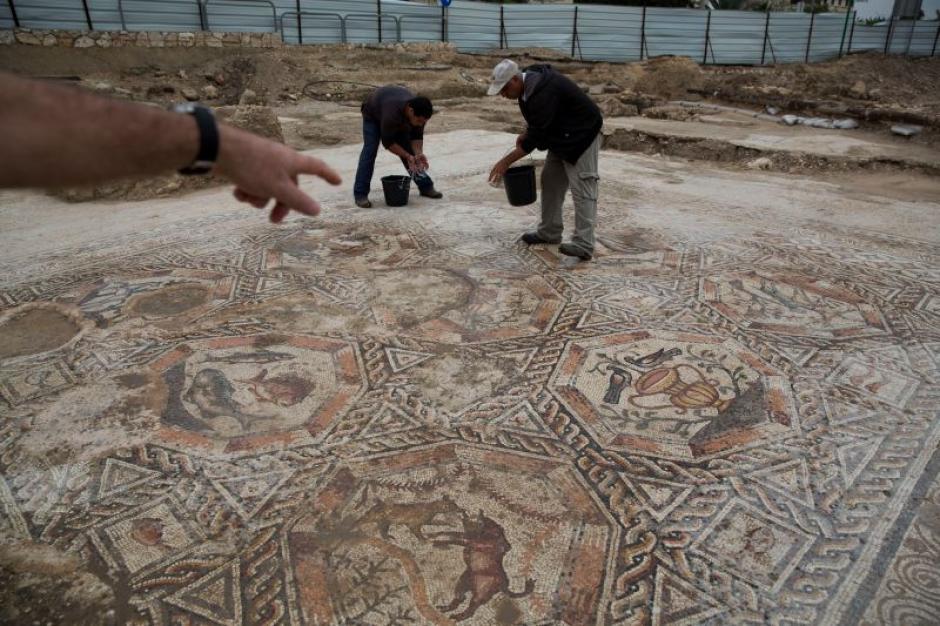 Arqueólogos realizan labores de limpieza previo a la apertura al público del nuevo atractivo de la ciudad de Lod. (Foto: gizmodo.com)